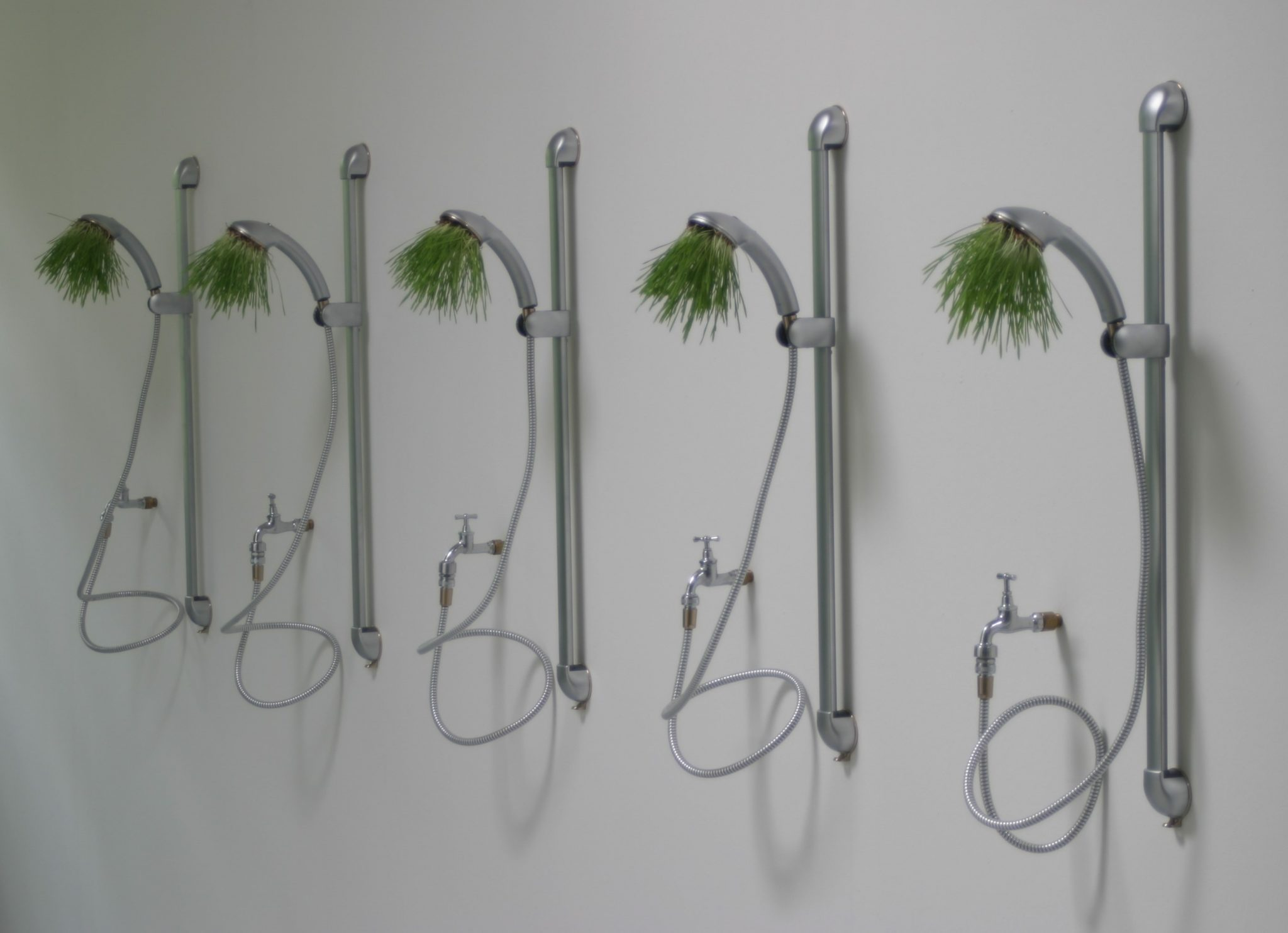Springshower - Installation mit Duschköpfen und Weizengras im Ludwigmuseum Aachen