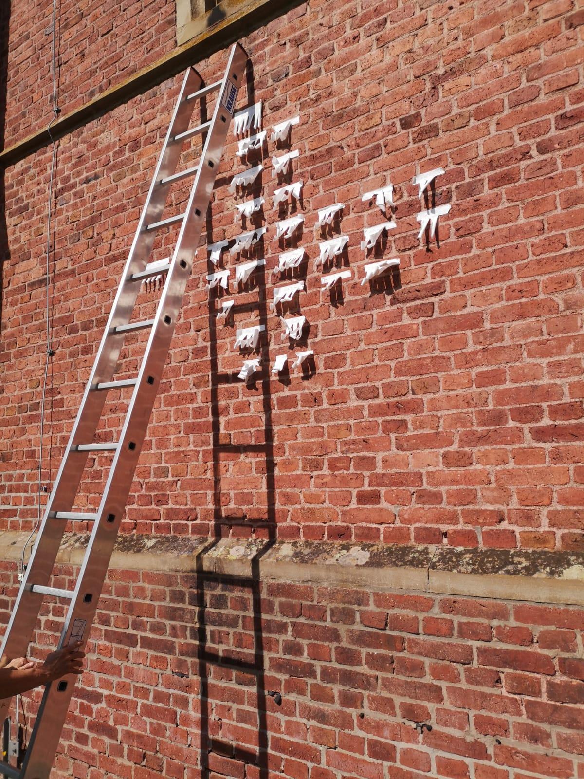 Kreuz und Buch - Installation