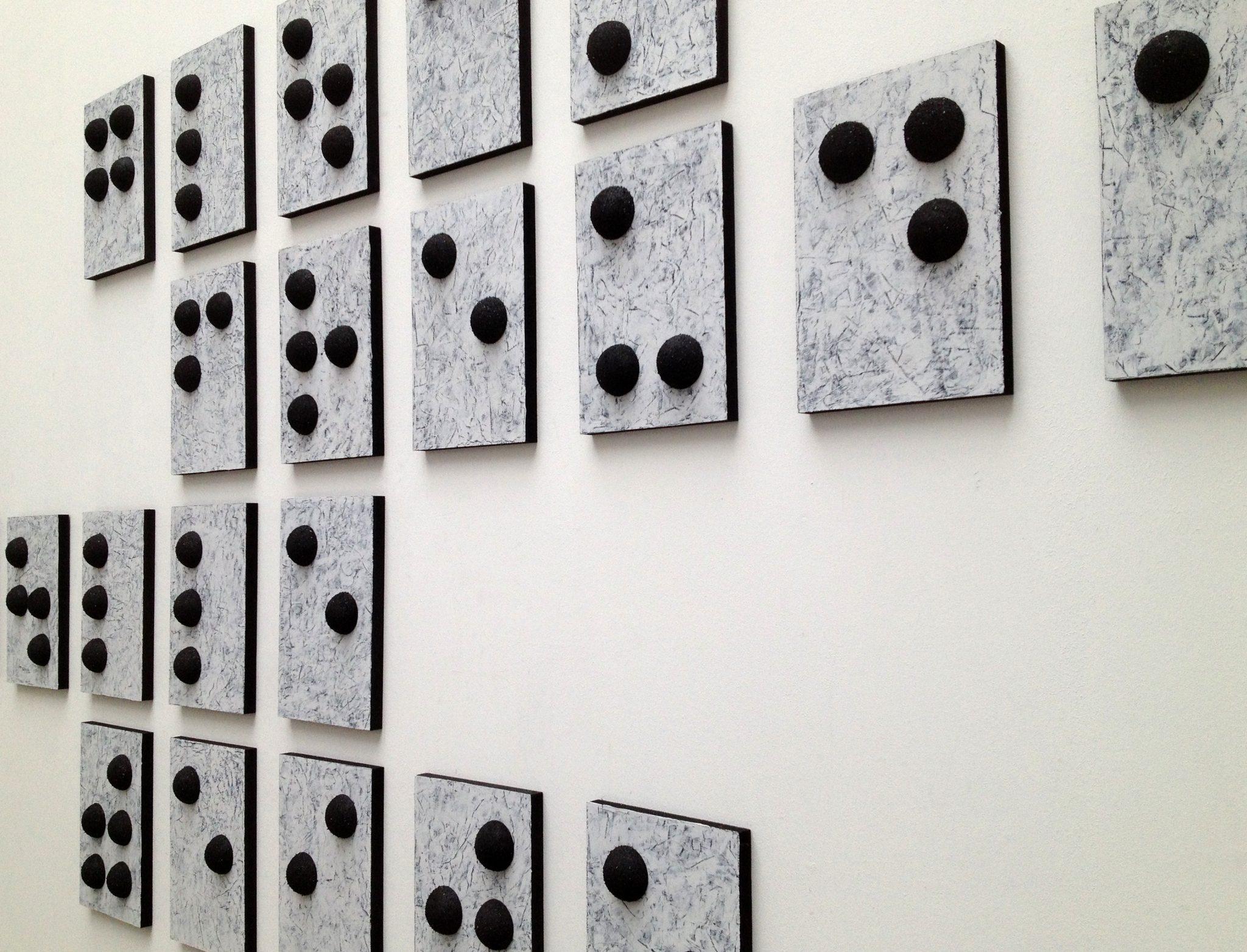 Wandobjekte in Anlehnung an Morsezeichen und der Blindenschrift.
